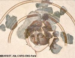 peinture murale romaine représentant le buste d'un jeune homme coiffé d'un pileus